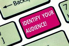 Escribiendo la demostración de la nota identifique a su audiencia Foto del negocio que muestra imaginando el público objetivo y s foto de archivo libre de regalías