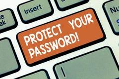 Escribiendo la demostración de la nota proteja su contraseña La exhibición de la foto del negocio protege la información accesibl imagen de archivo