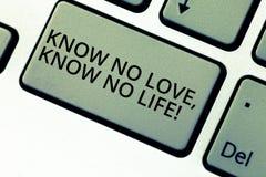 Escribiendo la demostración de la nota sepa que ningún amor no conoce ninguna vida Foto del negocio que muestra la motivación pre imágenes de archivo libres de regalías