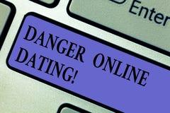 Escribiendo la nota que muestra el peligro en línea que fecha Foto del negocio que muestra el riesgo de reunión o que fecha demos fotografía de archivo