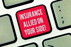 Escribiendo la nota que muestra el seguro aliado en su lado Ayuda de exhibición de la seguridad de la foto del negocio en caso de foto de archivo libre de regalías