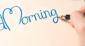 Escribiendo a una nota de la buena mañana la visión superior Fotografía de archivo libre de regalías