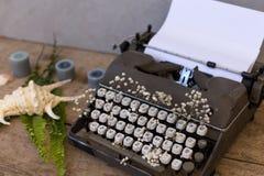 Escribiendo y trabaja independientemente el concepto Máquina de escribir del vintage con las flores b foto de archivo
