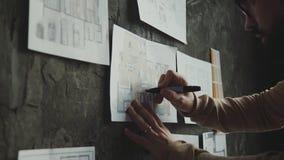 Escritório à moda no estilo do sótão: parede de tijolo com notas e modelos vídeos de arquivo