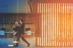 Escritório aberto e uma sala de reunião, cortinas tonificadas Foto de Stock
