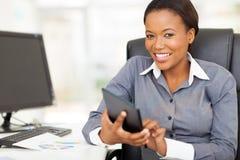 Escritório africano da tabuleta da mulher de negócios foto de stock