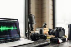 Escritório audio/video do espaço de trabalho da edição com Mountain View Fotos de Stock Royalty Free