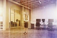 Escritório branco do espaço aberto do tijolo, sótão tonificado Fotos de Stock Royalty Free