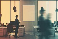 Escritório cinzento interior, cadeiras vermelhas, cartaz tonificado Fotos de Stock Royalty Free