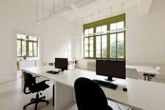 Escritório com mobília, computadores Fotografia de Stock