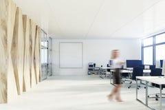 Escritório com uma parede de madeira, cartaz do espaço aberto, menina Imagem de Stock
