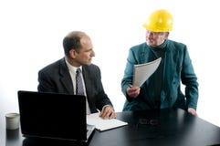 Escritório da discussão de dois homens de negócio Foto de Stock Royalty Free