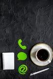 Escritório da empresa do apoio ao cliente com contato nós modelo da opinião superior do sinal e do café imagens de stock royalty free