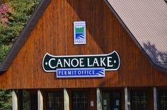 Escritório da licença do parque do Algonquin no lago canoe na queda fotografia de stock royalty free