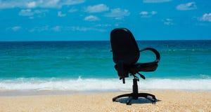 Escritório da praia pelo oceano imagem de stock