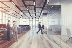 Escritório de madeira do espaço aberto do assoalho, parte dianteira, homens Imagem de Stock Royalty Free