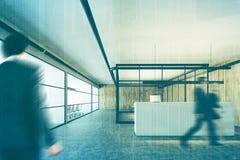 Escritório de madeira e de vidro, recepção, dobro do close up Fotografia de Stock
