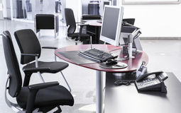 Escritório de plano aberto vazio com os computadores das cadeiras de mesas Fotos de Stock Royalty Free