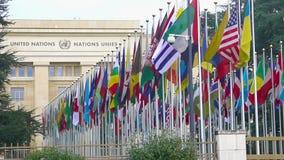 Escritório de United Nations em Genebra em Suíça, aleia de bandeiras dos países membros filme