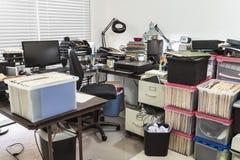Escritório desarrumado com as caixas completas dos arquivos fotos de stock