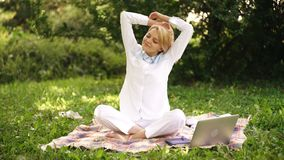 Escritório do ambiente natural Benefícios do ar livre do trabalho Mulher com trabalho do laptop fora Tecnologia da educação e filme