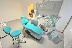 Escritório do dentista - cadeira e utensílios de reclinação Fotografia de Stock Royalty Free