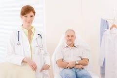Escritório do doutor - paciente fêmea do médico do retrato Foto de Stock