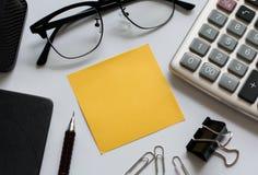 Escritório do equipamento do negócio no fundo branco Imagens de Stock