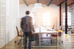 Escritório do espaço aberto do teto do tijolo interior, bege, homem Foto de Stock Royalty Free