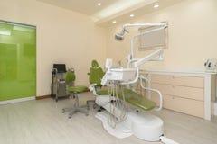 Escritório do ` s do dentista Equipamento dental no interior moderno, limpo imagens de stock