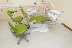 Escritório do ` s do dentista Equipamento dental no interior moderno, limpo fotos de stock