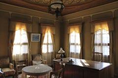 Escritório do vintage - tabela de trabalho de madeira e grandes janelas Foto de Stock Royalty Free