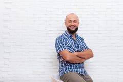 Escritório dobrado de sorriso de assento farpado ocasional das mãos do homem de negócio foto de stock
