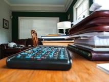 Escritório domiciliário com calculadora - baixa vista e foco seletivo fotos de stock royalty free