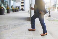 Escritório entrando do homem de negócios Imagens de Stock Royalty Free