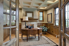 Escritório Home com guarnição de madeira elegante Fotos de Stock Royalty Free