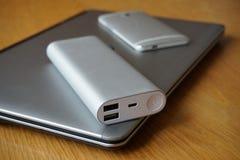 Escritório móvel com portátil, telefone celular e fonte de energia de alumínio (banco do poder) na tabela de madeira Imagens de Stock Royalty Free