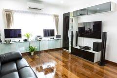 Escritório moderno com computador e labtop com cinema em casa foto de stock