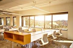 Escritório moderno com janelas e opinião da cidade Imagens de Stock