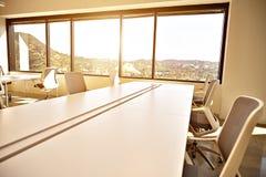 Escritório moderno com janelas e opinião da cidade Fotografia de Stock