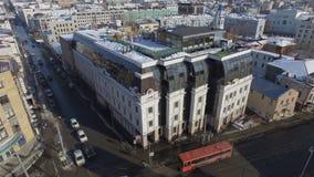 Escritório moderno da companhia do gás da vista aérea contra a arquitetura da cidade vídeos de arquivo