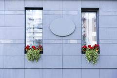 Escritório moderno exterior com flores bonitas Imagens de Stock