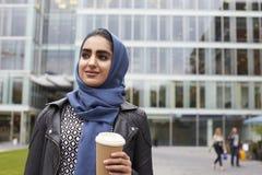 Escritório muçulmano britânico de With Coffee Outside da mulher de negócios Foto de Stock Royalty Free