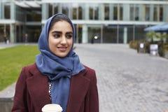 Escritório muçulmano britânico de With Coffee Outside da mulher de negócios Imagens de Stock Royalty Free