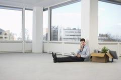 Escritório novo de Using Telephone In do homem de negócios fotos de stock