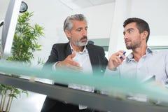 Escritório novo profissional tendo a conversação com chefe imagem de stock royalty free