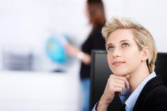 Escritório pensativo de Looking Up In da mulher de negócios foto de stock