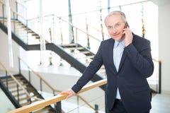 Escritório superior seguro de Using Smartphone In do homem de negócios Fotografia de Stock