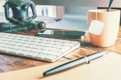 Escritório tranquilo do espaço de trabalho com computador fotografia de stock royalty free