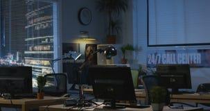 Escritório vazio na noite video estoque